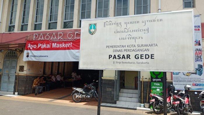 Pasar Gede Lockdown, Pedagang Tak Boleh Berjualan Sepekan, Petugas Keamanan Jaga Ketat Pintu Masuk
