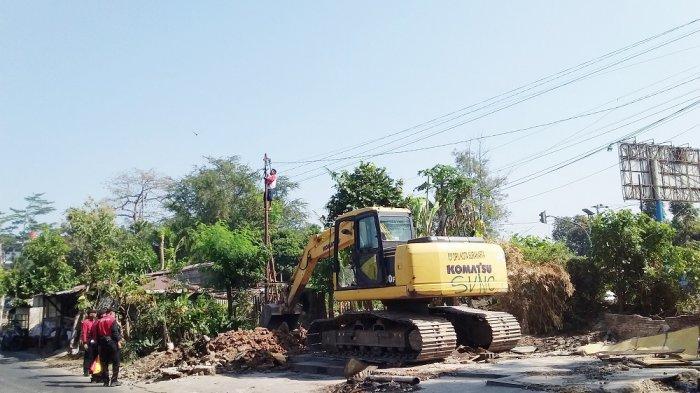 Bangunan Milik  Belasan PKL di Jalan Transito Solo Diratakan dengan Satu Alat Berat