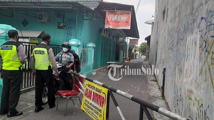 Polisi melarang warga Dukuh Ploso Arum, Desa Sekarsuli, Kecamatan Klaten Utara, Klaten untuk keluar dari wilayahnya karena sedang lockdown, Minggu (23/5/2021).