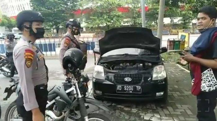 Mobil KIA Picanto Terbakar di Manahan Solo, Sopir Sempat Padamkan Pakai Jaket, Tangannya Terluka