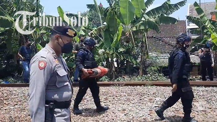 Kagetnya Danu, Dikira Mainan Ternyata Granat Asli di Pinggir Rel Solo Balapan,Kini Dievakuasi Polisi