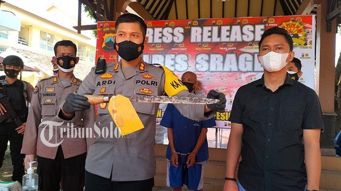 Polisi menunjukan barang bukti parang yang dibawa pelaku untuk mengancam bidan di Sragen, Rabu (7/7/2021).
