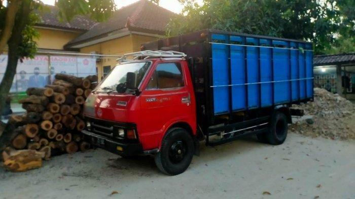 Polisi Sragen mengamankan barang bukti satu unit kendaraan truk Toyota Dyna bernopol H-1335-DC dan kayu hasil pembalakan.