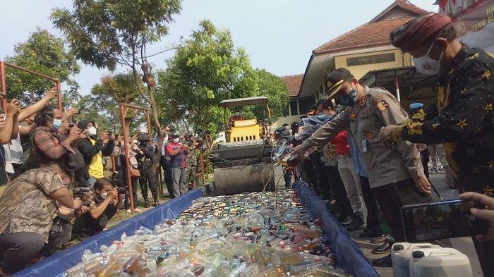 Ribuan Botol Miras Hasil Sitaan di Solo Dimusnahkan, Mulai dari Ciu Oplosan hingga Bermerek Mahal