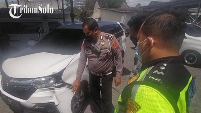 Aksi Ugal-ugalan Pengendara Daihatsu Xenia di Solo, Tabrak Mobil Berujung Dihajar Massa