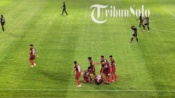 Potret selebrasi Eky Taufik pemain nomor punggung 30 Persis Solo dengan sujud syukur di Stadion Manahan Solo, Sabtu (26/9/2021).