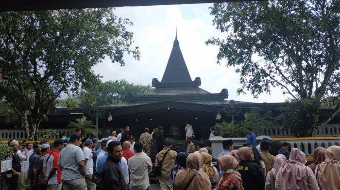 Prabowo Subianto Disambut Gerimis dan Puluhan Pendukungnya saat Tiba di Makam Soeharto di Giribangun