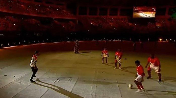 Aksi Jokowi Main Bola dalam Pembukaan PON XX Papua, Lakukan Belasan Kali Passing