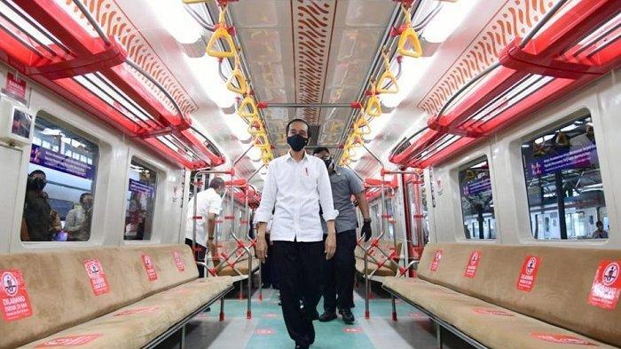 PresidenJokoWidodo (Jokowi) saat memasuki Kereta Rel Listrik (KRL) Solo-Jogja yang selanjutnya berjalan ke Stasiun Klaten, Senin (1/3/2021).