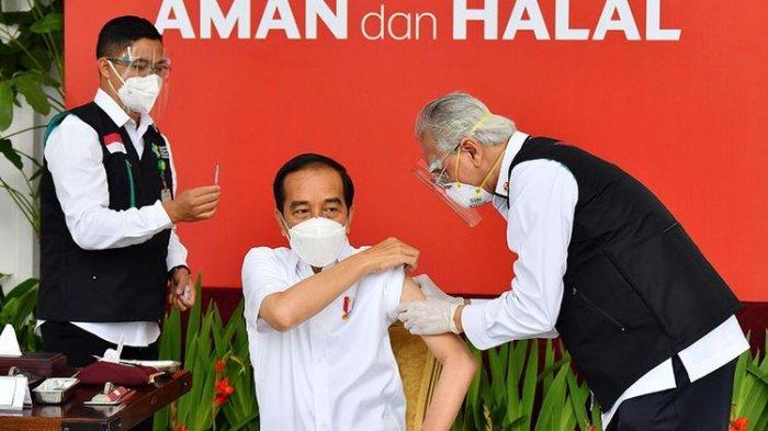 Presiden Joko Widodo (tengah) bersiap disuntik dosis pertama vaksin Covid-19 produksi Sinovac oleh vaksinator Wakil Ketua Dokter Kepresidenan Prof Abdul Mutalib (kanan) di beranda Istana Merdeka, Jakarta, Rabu (13/1/2021). Penyuntikan perdana vaksin Covid-19 ke Presiden Joko Widodo tersebut menandai dimulainya program vaksinasi di Indonesia.(HO/SETPRES/AGUS SUPARTO)