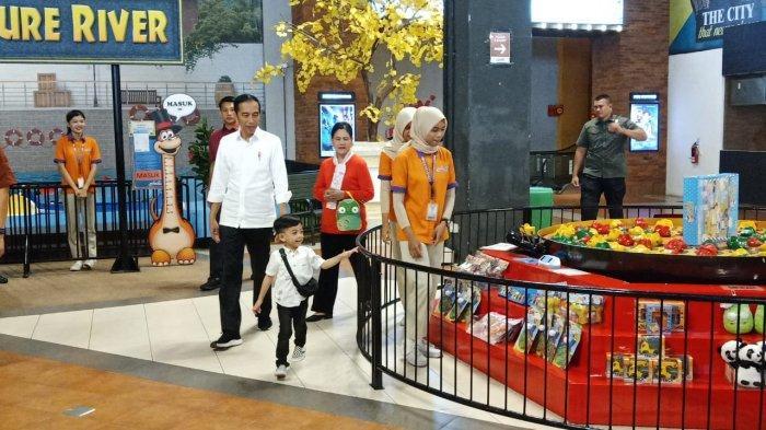 Presiden Jokowi dan Ibu Negara Iriana Jokowi ajak Jan Ethes bermain di Transmart Kartasura, Sukoharjo, Sabtu (28/12/2019).
