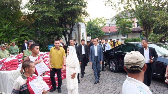 Jokowi Atur Langsung Pembagian Sembako di Graha Saba Buana Solo, Iriana Sedekahi Kakek dan Nenek