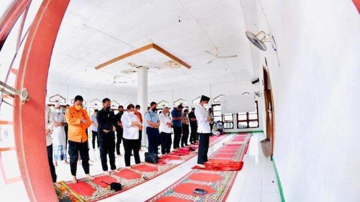 Kunjungi Lokasi Bencana Banji Bandang di NTT, Jokowi Pimpin Imam Shalat Ashar Jamak