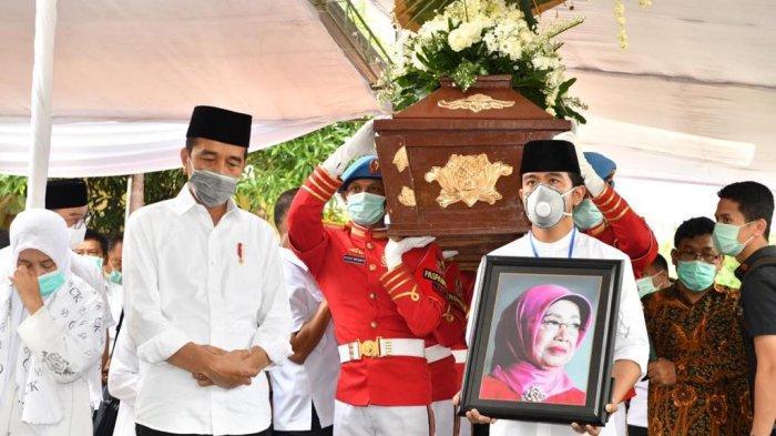 Bendera Lelayu dari Kertas Merah & Makam di Desa,Ini 5 Kesederhanaan Pemakaman Ibunda Jokowi di Solo