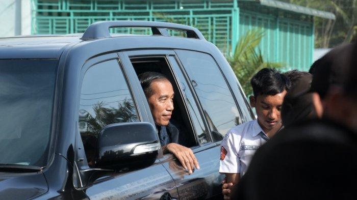Presiden Joko Widodo menaiki Toyota Land Cruiser.