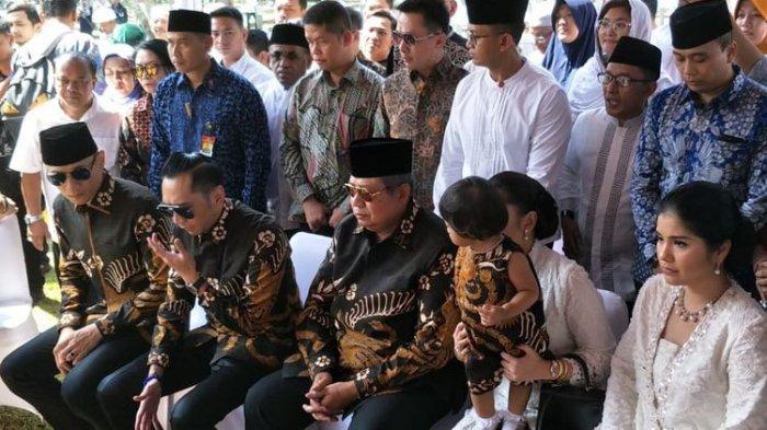 Ziarah, SBY Kenang Isyarat Batik Hitam Ani Yudhoyono Sebelum Wafat