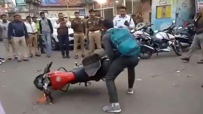 Viral di Twitter Seorang Pria Nekat Banting Motor Karena Tak Terima Ditilang Rp 200 Ribu oleh Polisi