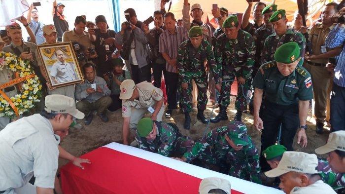 Detik-detik Pemakaman Sutopo Purwo, Putra Sulung Sutopo Tampak Tegar di Dekat Makam Ayahandanya