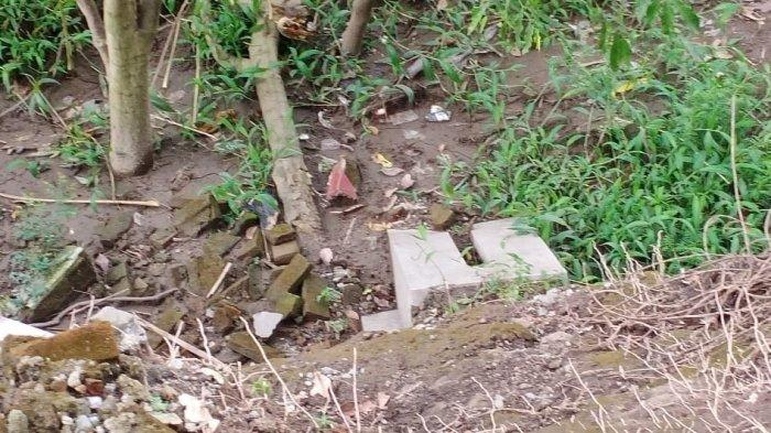 Puing-puing nisan tak bertuan aliran Kali Pepe di Dusun Bendungan, Desa Klodran, Kecamatan Colomadu, Kabupaten Karanganyar, Senin (22/2/2021).