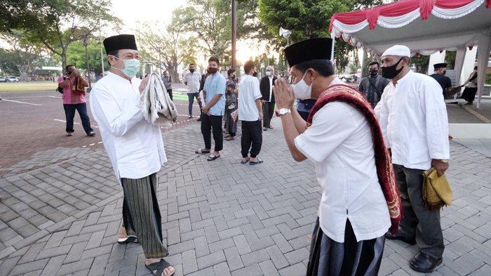 Wakil Wali Kota Solo, Achmad Purnomo tiba di Masjid Baitul Hikmah, Kelurahan Kampung Baru, Kecamatan Pasar Kliwon, Solo, Jumat (31/7/2020). Ia mengikuti Salat Idul Adha yang digelar di masjid itu.