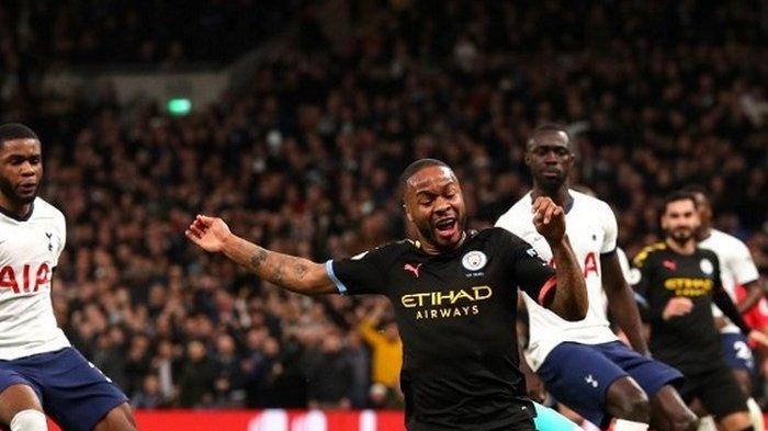 Raheem Sterling dijegal Hugo Lloris saat pertandingan antara Tottenham Hotspur vs Manchester City yang berlangsung di Stadion Tottenham, London, Minggu (2/2/2020).