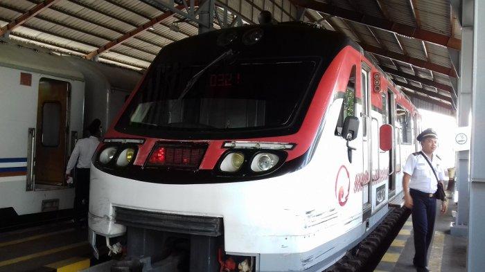 Railbus Batara Kresna saat tiba di Stasiun Purwosari, Solo, Rabu (22/3/2017)