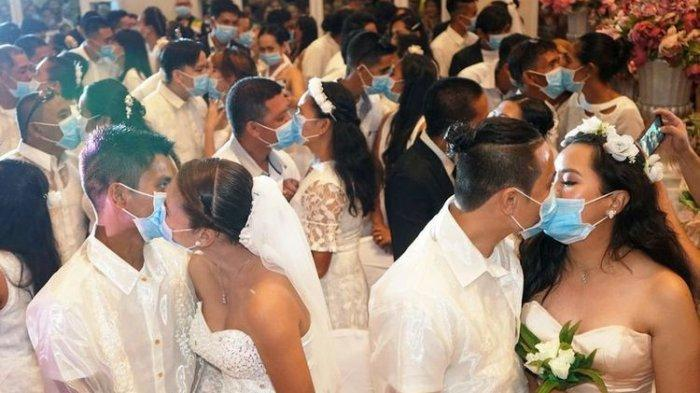 Cegah Penularan Virus Corona saat Ikuti Nikah Massal, Pasangan di Filipina Berciuman Pakai Masker