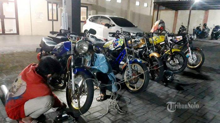 Pakai Knalpot Brong, 5 Sepeda Motor Diangkut Polisi, Pemilik Langsung Ganti Knalpot di Tempat