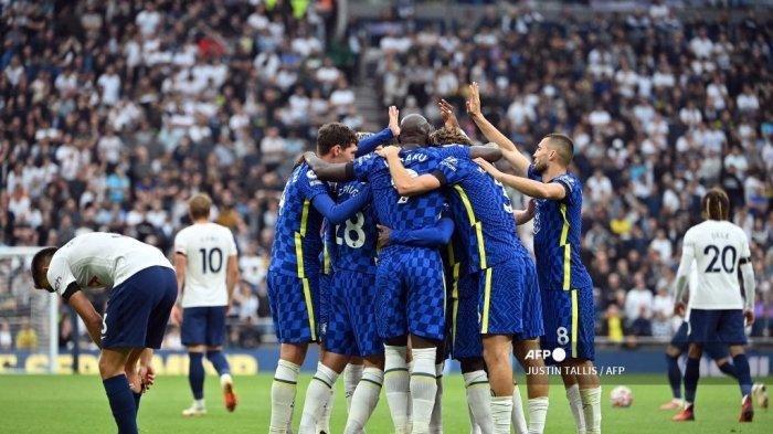 Reaksi pemain Tottenham saat pemain Chelsea memberi selamat kepada gelandang Chelsea asal Prancis N'Golo Kante setelah ia mencetak gol kedua mereka dalam pertandingan sepak bola Liga Inggris antara Tottenham Hotspur dan Chelsea di Stadion Tottenham Hotspur di London, pada 19 September 2021.