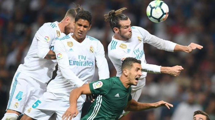 Bek Real Madrid, Sergio Ramos (kiri), Raphael Varane (2 dari kiri) dan penyerang Gareth Bale (kanan atas), berduel dengan bek Real Betis asal Maroko, Zou, dalam pertandingan La Liga di Stadion Santiago Bernabeu, 20 September 2017.