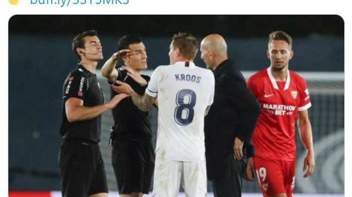 Momen Toni Kroos memprotes keputusan wasit seusai laga Real Madrid melawan Sevilla di pekan ke-36 Liga Spanyol 2020-2021.