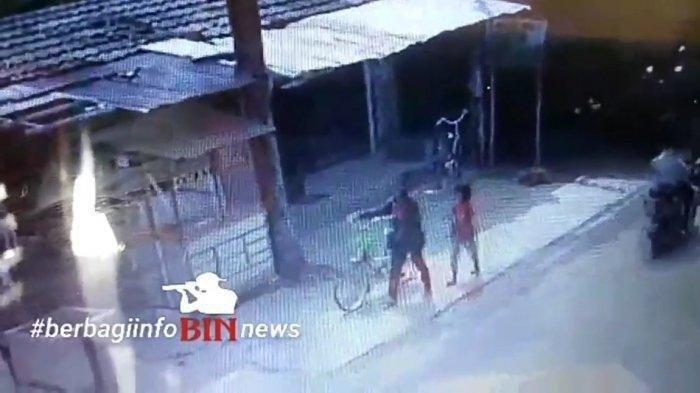 Viral Rekaman CCTV Emak-emak di Bekasi Curi Sepeda Motor, Lalu Tinggalkan Anaknya di Pinggir Jalan