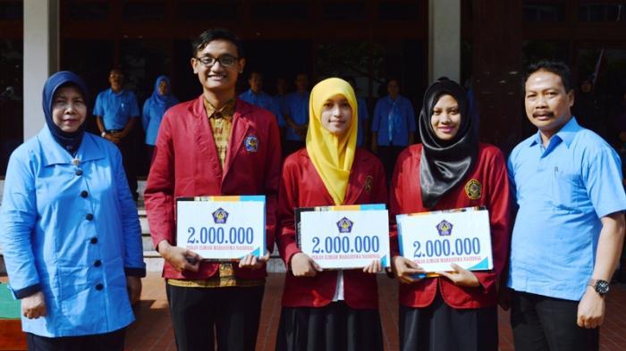Lolos Pimnas di IPB, Tiga Mahasiswa Unisri Surakarta Terima Penghargaan dari Rektor