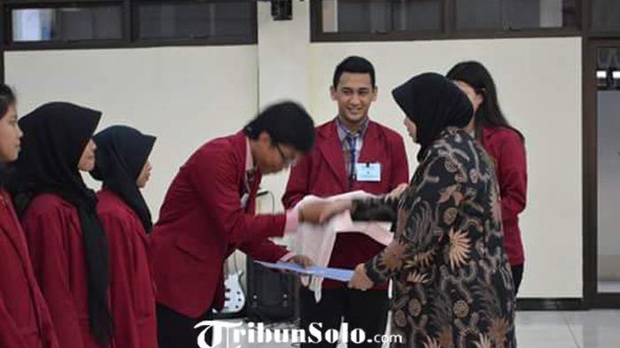 Rektor Unisri Surakarta Serahkan SK Bidik Misi dan BPMKM kepada 104 Mahasiswa