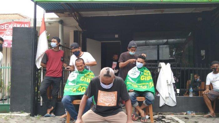 Relawan Gibran-Teguh yang tergabung dalam Sinergi Millenial for Gibran (Smile 4G) mengadakan cukur gundul, Rabu (9/12/2020)