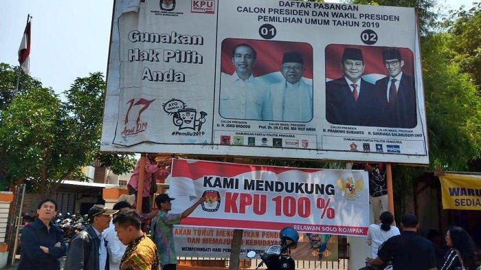 Kunjungi KPU Solo, Relawan Solo Kompak Pasang Poster di Bawah Poster Jokowi-Ma'ruf dan Prabowo-Sandi