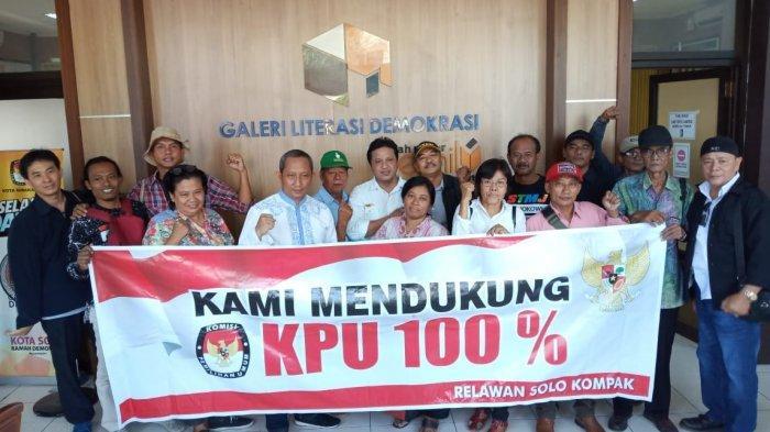 Relawan Solo Kompak Datangi KPU Solo, Bawa Baliho 'Kami Dukung KPU 100 Persen'
