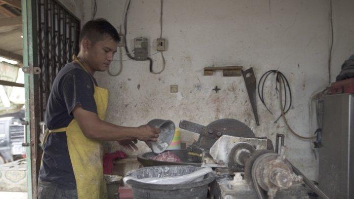 Hidup Berubah Drastis, Setelah Terima Satu Telepon, Buruh Giling Daging ini Langsung Jadi Orang Kaya