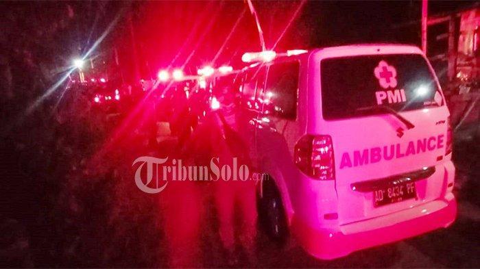Ambulans masih antre berjajar di pintu masuk Dukuh Tuk Ringin, Desa Gerdu, Kecamatan Karangpandan, Kabupaten Karanganyar, Minggu (9/5/2021) jelang tengah malam.