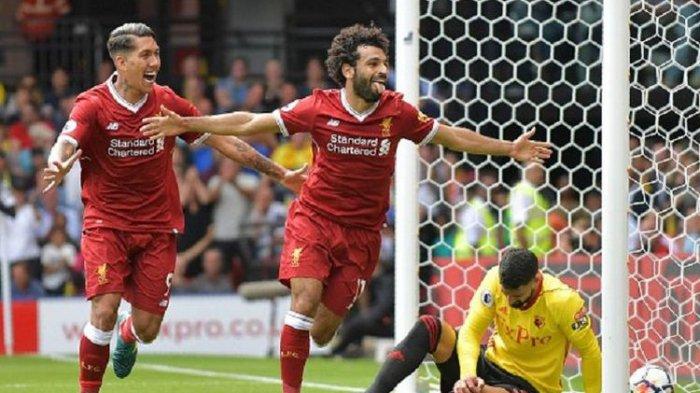 Roberto Firmino dan Mohamed Salah merayakan gol Liverpool ke gawang Watford pada pertandingan Premier League di Vicarage Road, Sabtu (12/8/2017).