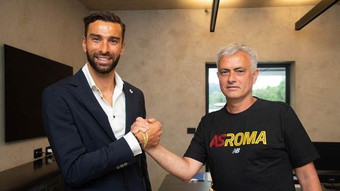 Rui Patricio dan Jose Mourinho. Rui Patricio menjadi pembelian perdana Mourinho di  .