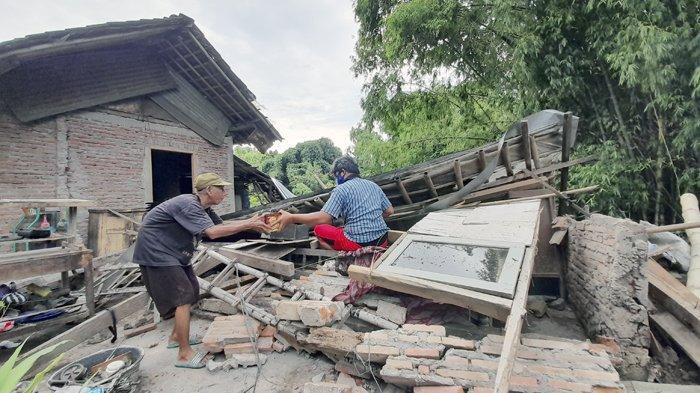 Rumah Tukang Tambal Ban di Solo Ambruk : Akibat Luapan Anak Sungai Bengawan Solo, Pelan-Pelan Miring