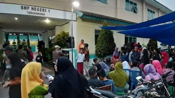 Viral, Foto Orang Tua Antre dan Bermalam di Sekolah Demi Daftarkan Anaknya di SMPN 1 Tawangmangu