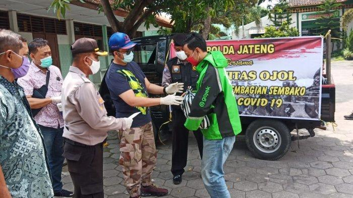 Driver Ojol Terdampak Corona hingga Penghasilan Anjlok, Polda Jateng Beri Paket Sembako di Kota Solo