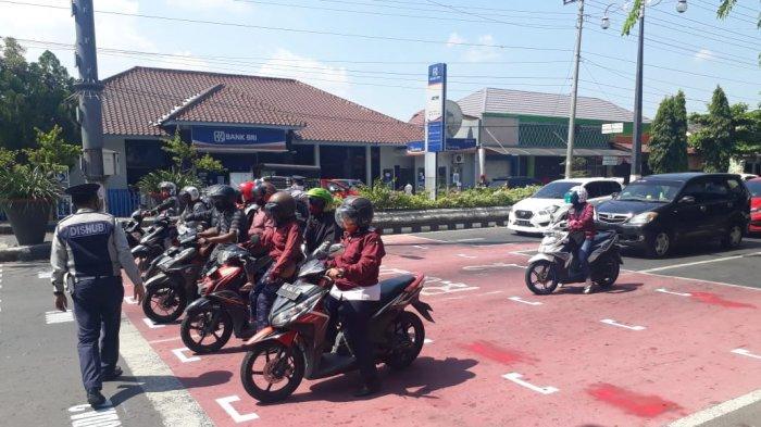 Banyak Pengendara Ngobrol saat Tunggu Lampu Merah, Dishub Sukoharjo Buat Jarak Mirip Lintasan MotoGP