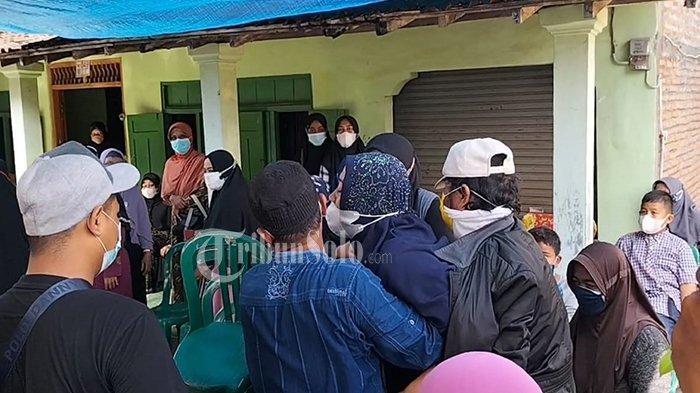 Sang istri menangis histeris melihat jenazah suaminya yang meninggal karena dibakar di rumah duka Dukuh Simo RT 01 RW 01, Desa/Kecamatan Simo, Kabupaten Boyolali, Kamis (1/7/2021).