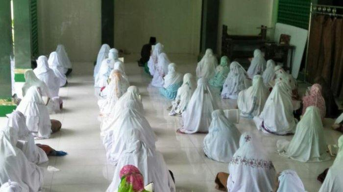 Pelayat Dibatasi, Ponpes Kholifatullah Singo Ludiro Gelar Salat Goib untuk Sudjiatmi Ibunda Jokowi