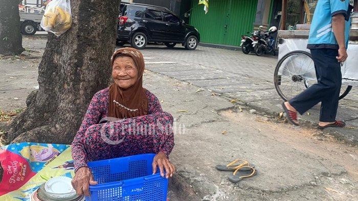 Viral Nenek Penjual Barang Bekas di Bangjo Sraten Solo : Tak Pasti Dapat Uang, Tapi Tak Mau Menyerah