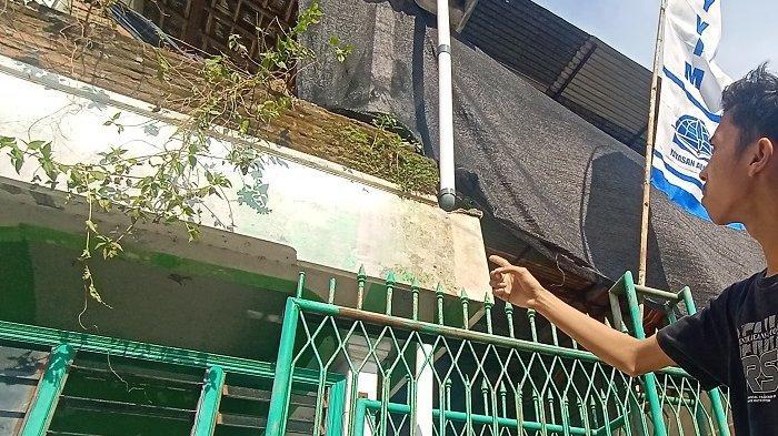 Saudara Hasan, Alif Irfansyah menunjuk lokasi kejadian nahas yang dialami Muhammad Hasan di Dukuh Mojotegalan RT 02 RW 01, Kelurahan Joho, Kecamatan/Kabupaten Sukoharjo, Sabtu (17/4/2021).