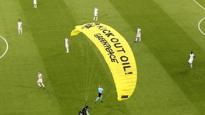 Isi Protes Aktivis Greenpeace saat Jerman vs Prancis : Desak Sponsor Euro 2020 agar Ramah Lingkungan
